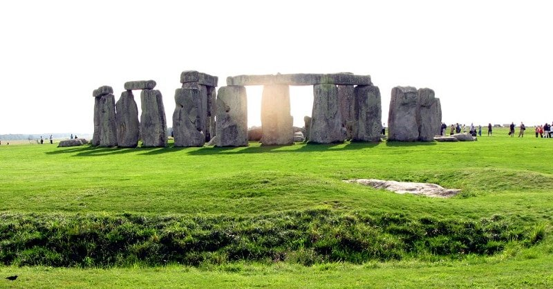 Cette image a un attribut alt vide; le nom du fichier est stonehenge-libre.jpg